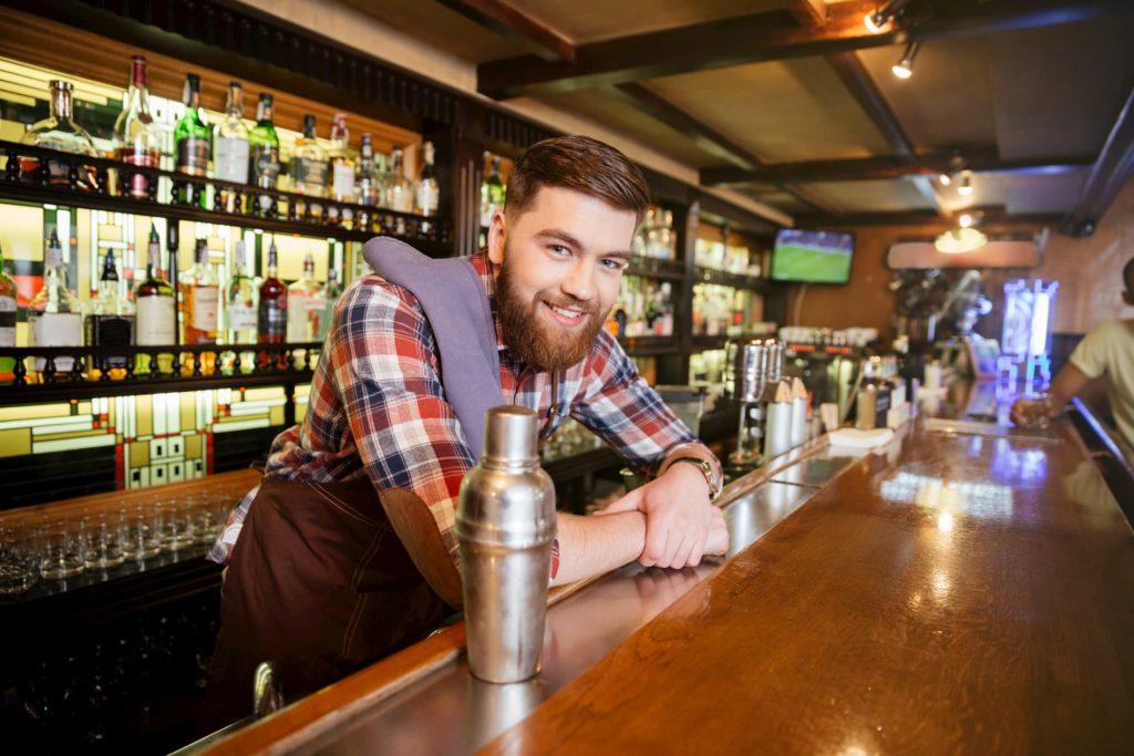 Ein Barkeeper hinter der Theke