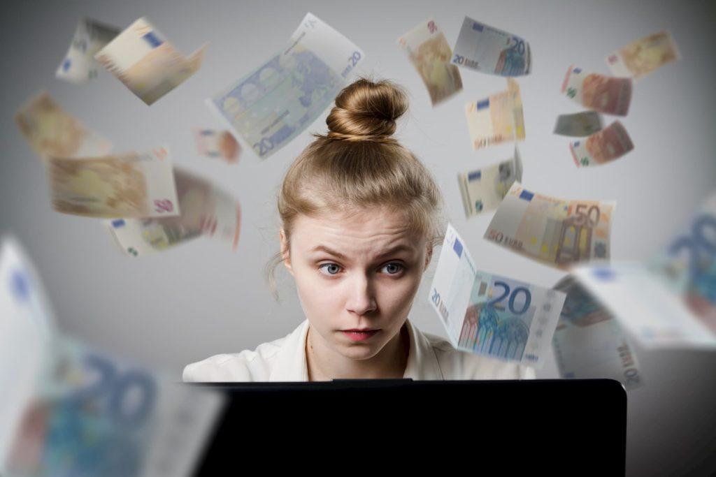 Eine Frau sitzt vor dem Laptop und möchte online Geld verdienen