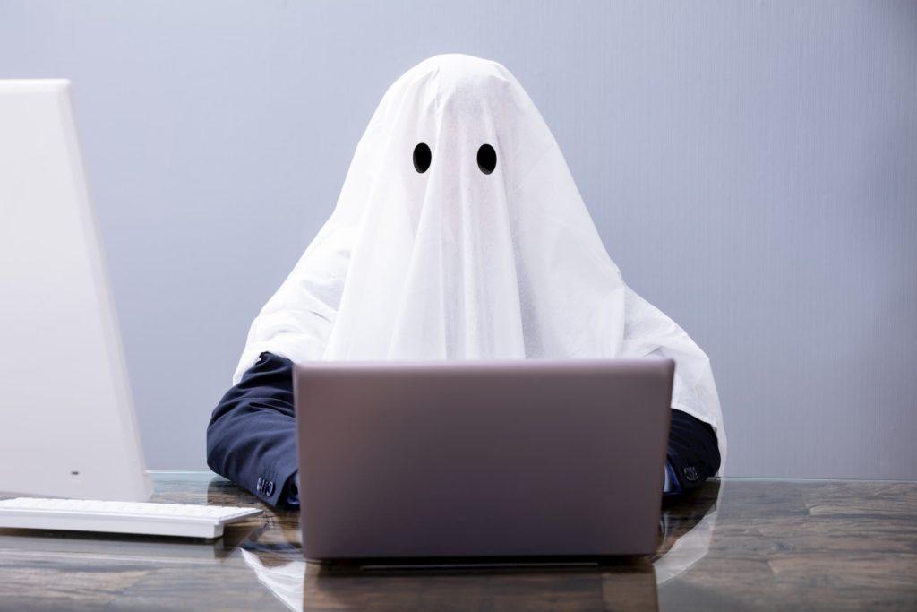 Ein Geist sitzt am Laptop