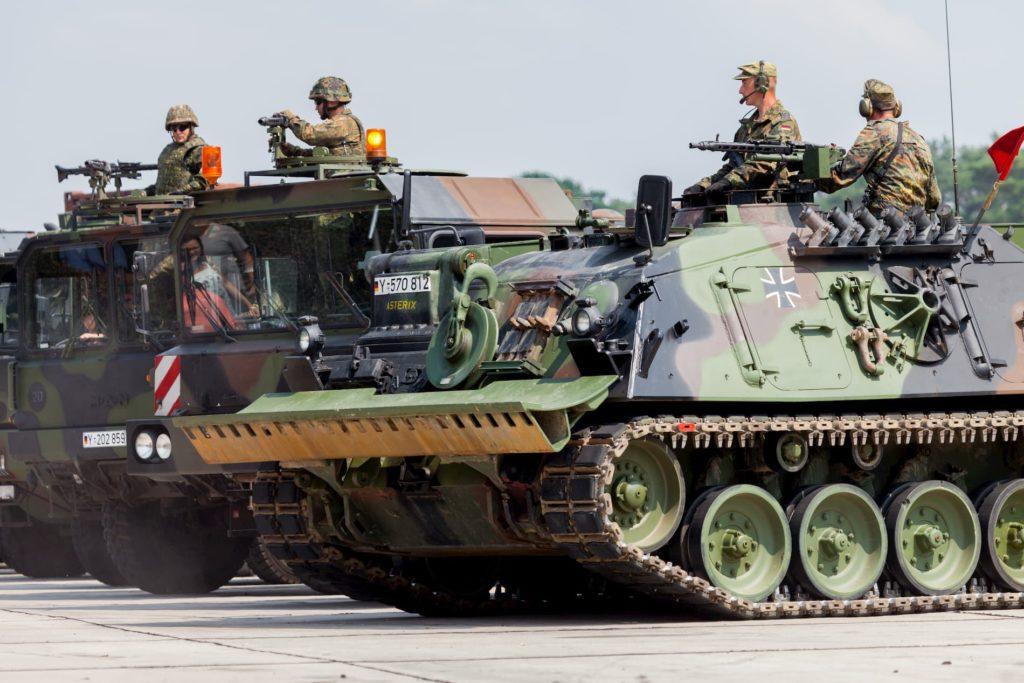 Soldaten auf Panzer und Militärfahrzeugen