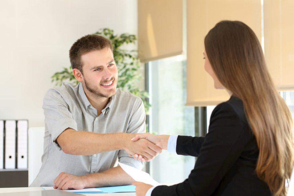 Frau schließt befristeten Arbeitsvertrag ab