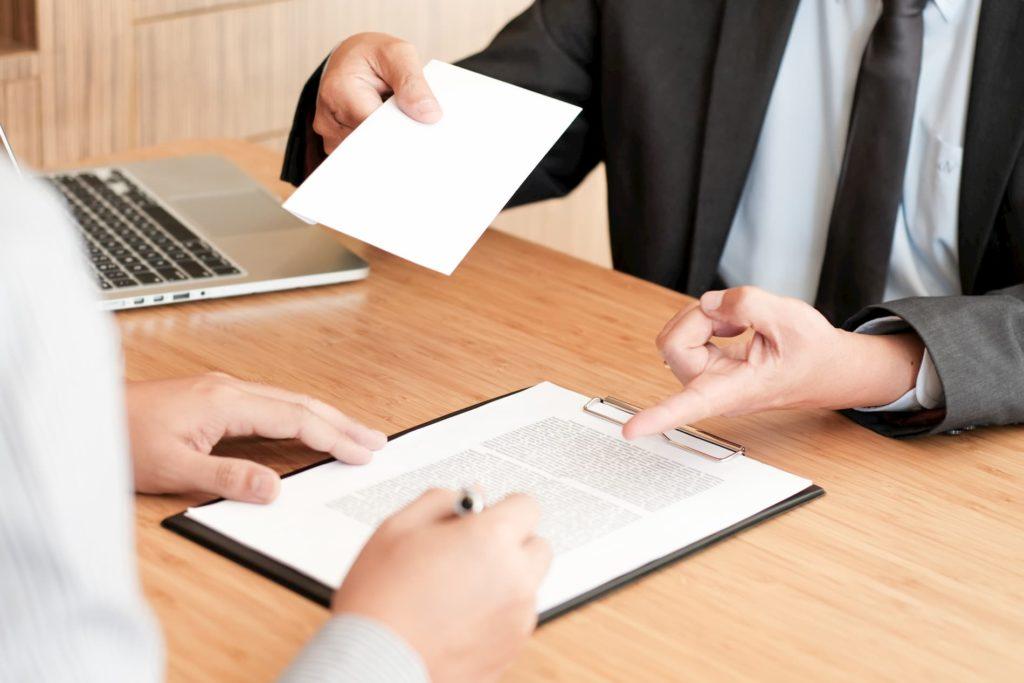Mitarbeiter unterschreibt Vereinbarung über die Abfindung