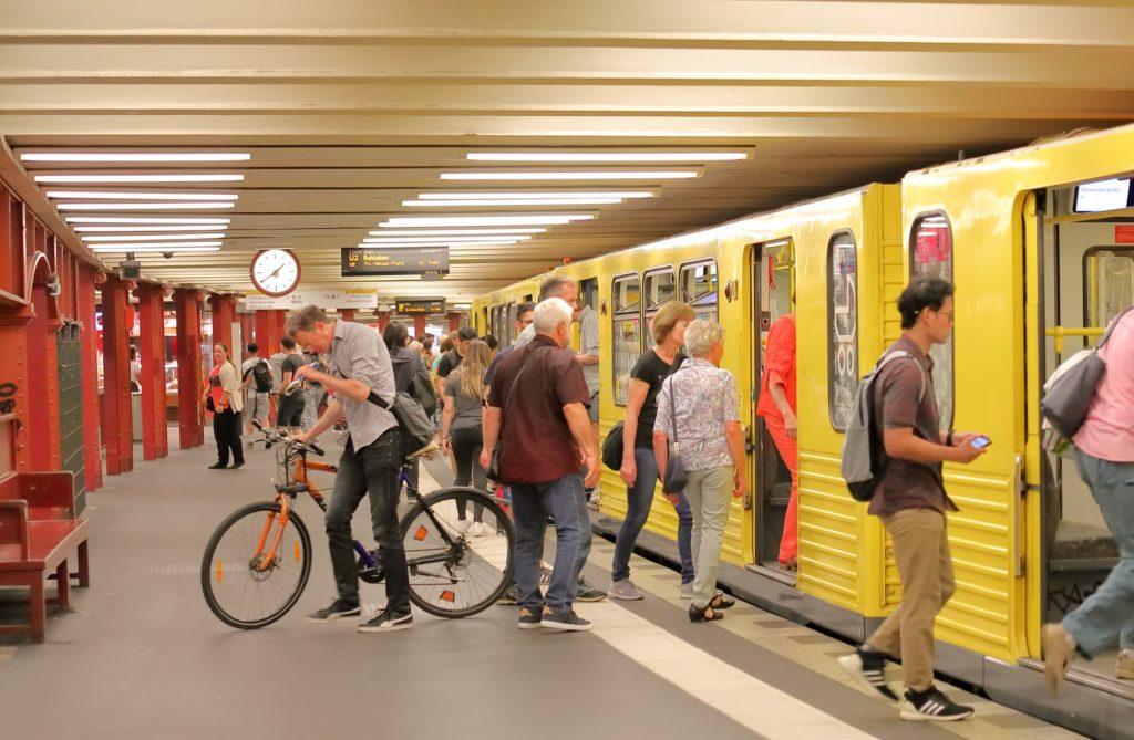 Pendeln: als Pflicht Einige Menschen steigen in eine U-Bahn in Berlin ein