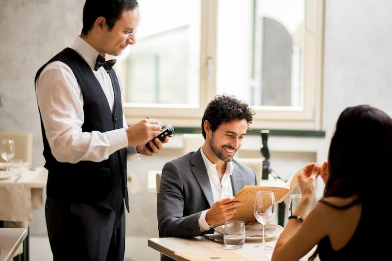 Ein Kellner im Restaurant:Arbeitskleidung oder Berufskleidung?