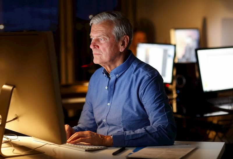 Ein Arbeitnehmer mit Arbeitszeitkonto arbeitet in einem Büro