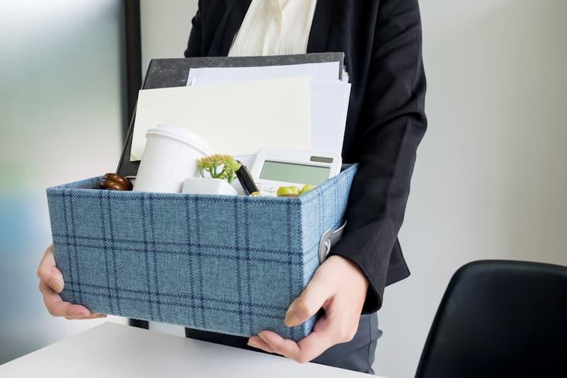Eine Frau packt Sachen im Karton nach ordentlicher Kündigung