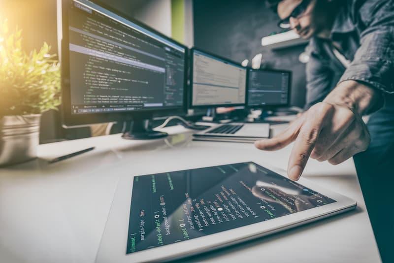 Ein Beispiel für Hard Skills: Ein Mann nutzt Programmiersprache zum Aufbau einer Webseite