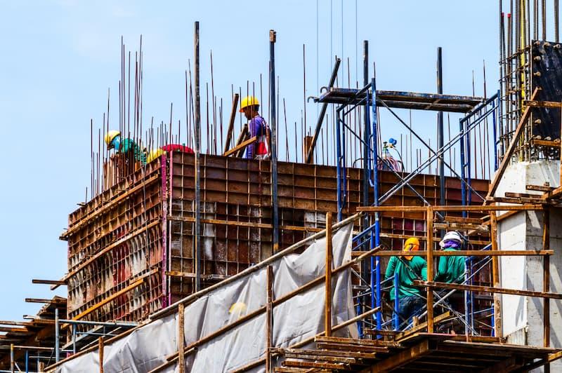 Mehrere Arbeiter in der Baubranche, hier gibt es oft Lohndumping