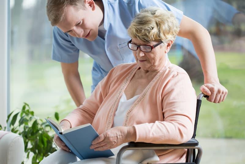 Ein Mann in der Altenpflege, hier gibt es Fachkräftemangel