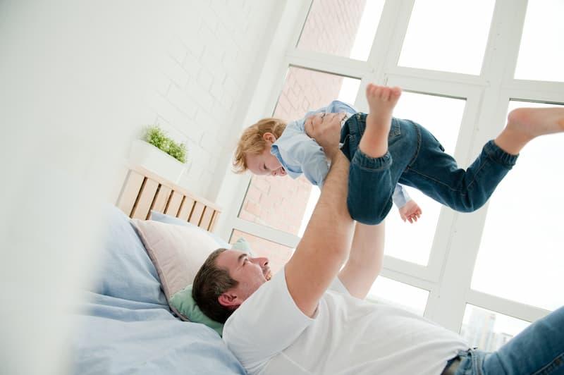 Ein Mann mit seinem Sohn auf dem Bett, erhält er Kindergeld?