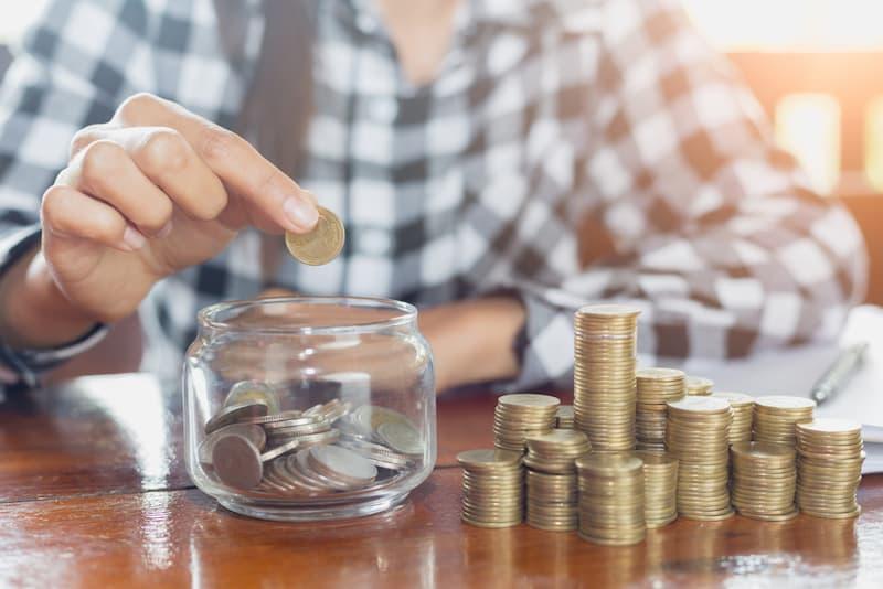 Ein Mann lebt nach dem Konzept Frugalismus und spart viel Geld an