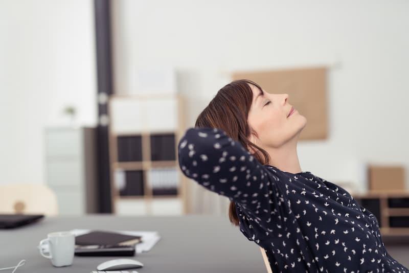 Eine Frau ist entspannt nach Achtsamkeitsübungen