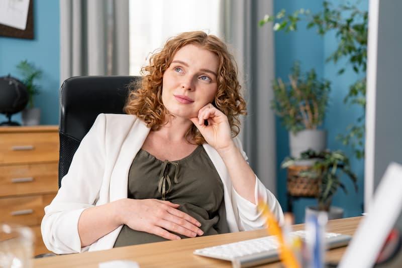 Eine Schwangere im Büro, sie erhält bald Mutterschaftsgeld