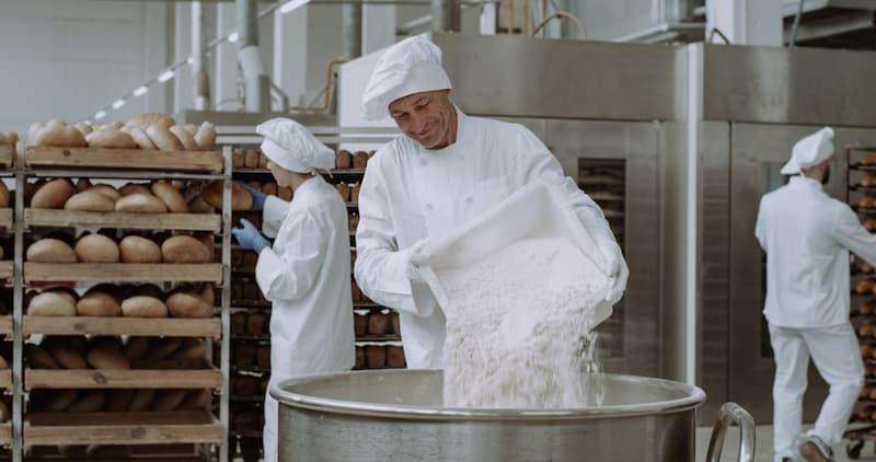 Ein Bäcker bei der Nachtarbeit