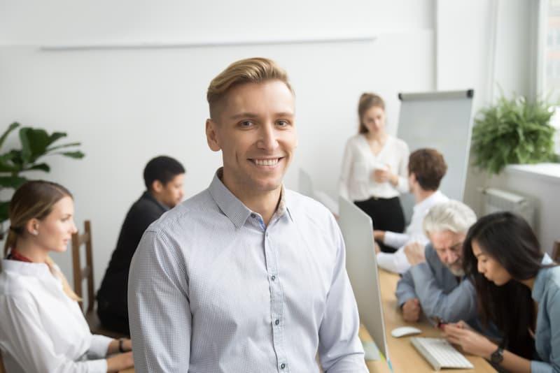 Ein Mann in einem Meeting, er arbeitet als Werkstudent