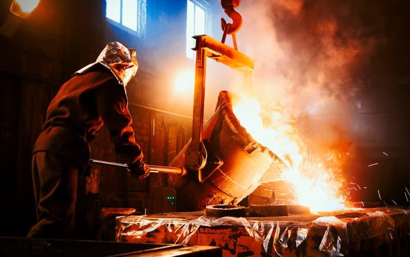 Ein Mann arbeitet in der Metallverarbeitung, er erhält eine Schmutzzulage