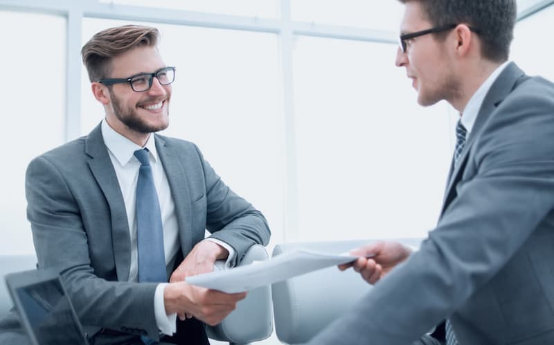 Ein Mann erhält einen Anstellungsvertrag