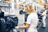 Eine Frau arbeitet in der Automobilindustrie, sie ist bei einem Personaldienstleister angestellt