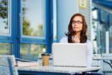 Arbeitssuchend: Eine Frau denkt darüber nach, wie Arbeitslosigkeit im Lebenslauf formuliert wird