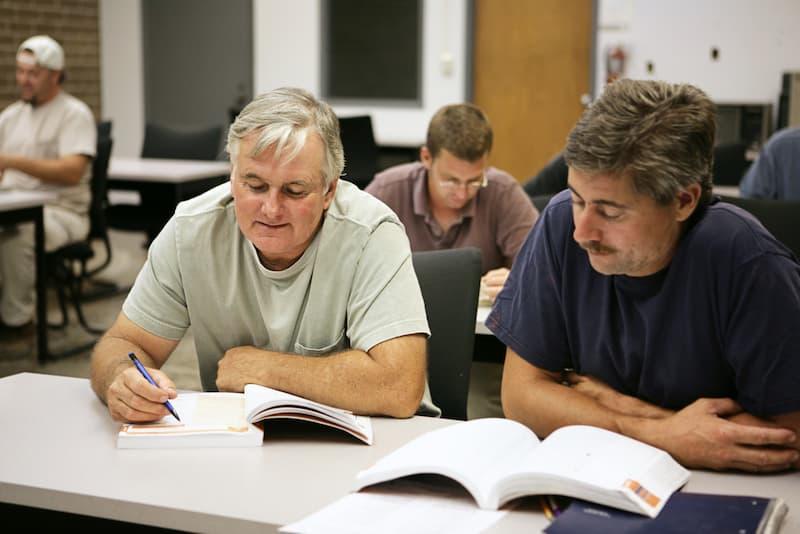 Zwei Männer bei der Umschulung