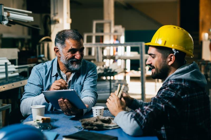 Zwei Männer in der Arbeitspause, welche Pausenregelung gilt für Arbeitnehmer?
